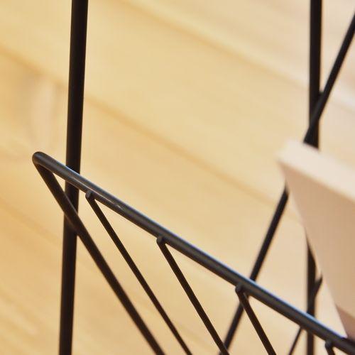 サイドテーブル スチールフレーム 天板木(アカシア) V字型マガジンラック付き W395×D210×H450(mm)商品画像5