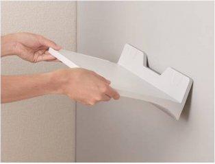 スチール棚に簡単設置が可能な「マグトレー」-下から持ち上げれば少ない力で取り外しができる-