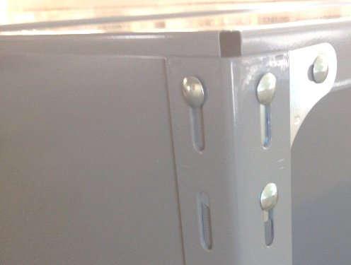 軽量スチール棚のパネル棚のパネル板は、一番上はアングルの天辺と合わせて組み立てる