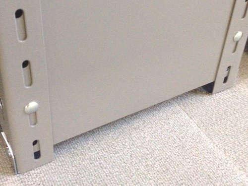 軽量スチール棚のパネル棚のパネル板はアングルのビス孔と板のビス孔が合致するように組み立てる