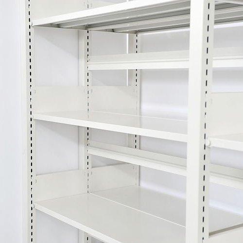 スチール書架(本棚・書棚) ホワイト色 の背板取り付け例1